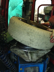 Шиномонтаж - снятие шины с диска