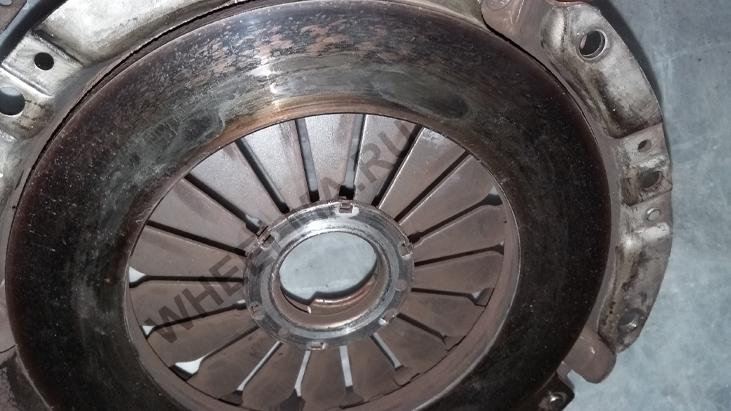 подгоревший нажимной диск корзины сцепления